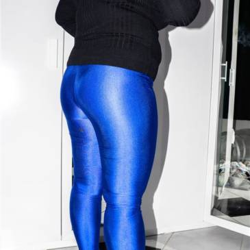 Curvy spandex model – sexy in blue leggings